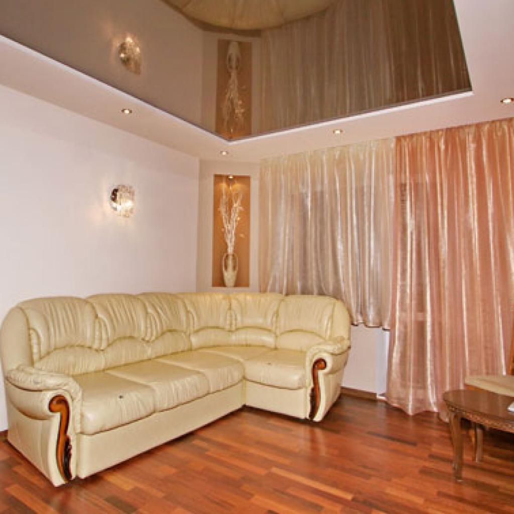 Глянцевые двухуровневые двухцветные натяжные потолки в зал с точечными светильниками
