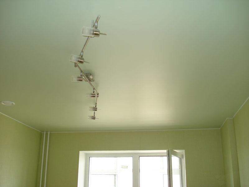 Сатиновые натяжные потолки салатового цвета с необычной люстрой для детской комнаты