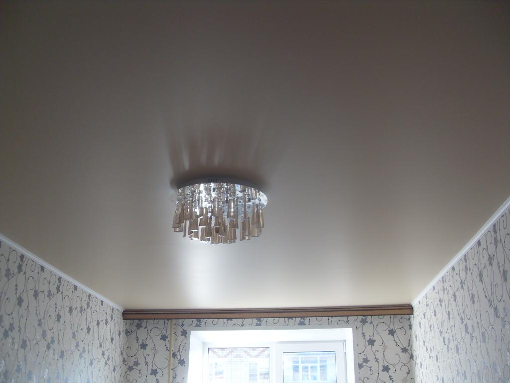 Сатиновые натяжные потолки светло-шоколадного цвета для комнаты