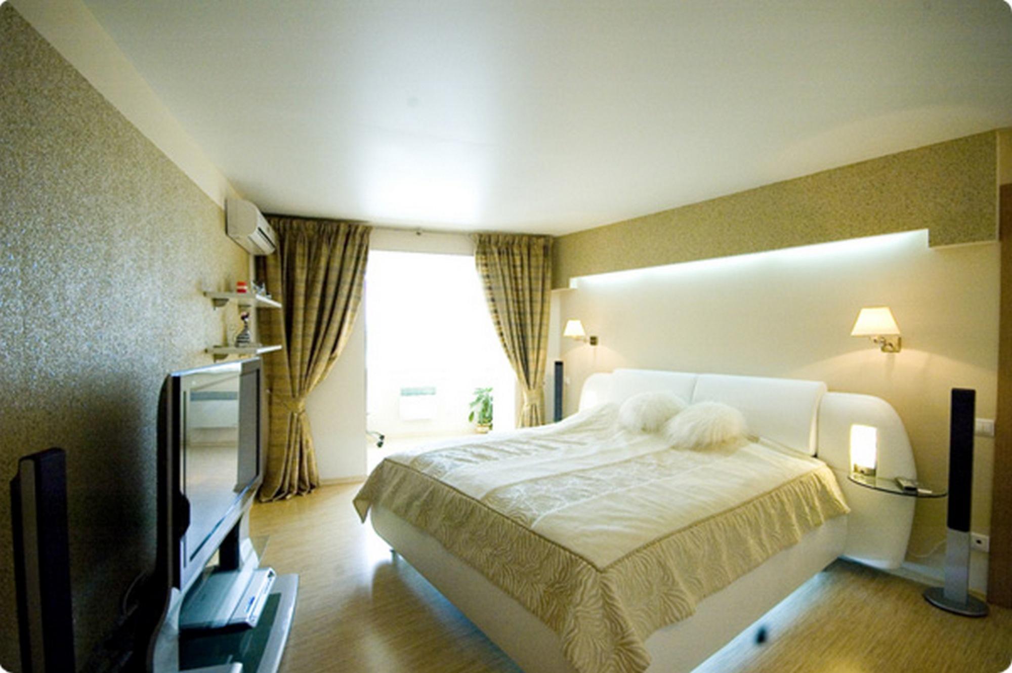 Сатиновые натяжные потолки для спальни