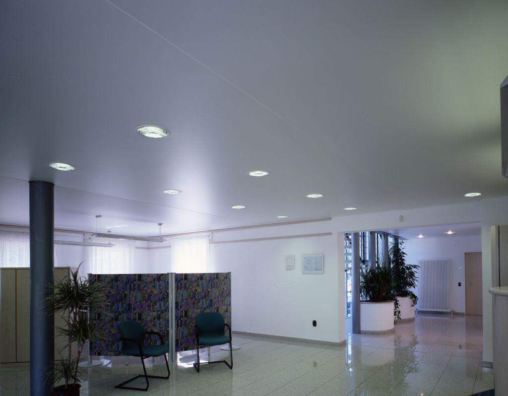 Сатиновые натяжные потолки для офиса с точечными светильниками