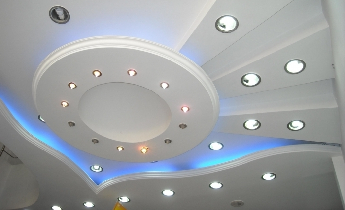 Светильники в натяжном потолке зала