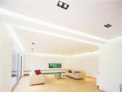 Белоснежный двухуровневый натяжной потолок для зала