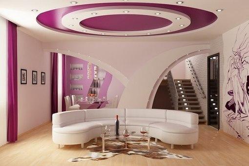 Дизайн двухуровневого комбинированного потолка с интерьером сочетается не только цветом, но и формой, аккуратно повторяя контуры мебели и декоративных арок