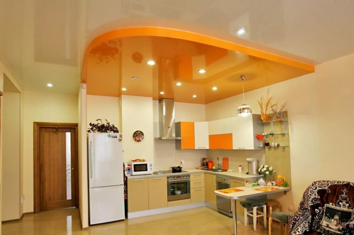 Зонирование кухни, смежной со столовой при помощи двухуровневого натяжного потолка