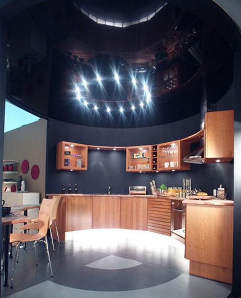 Пример использования натяжного потолка на большой кухне в современном стиле