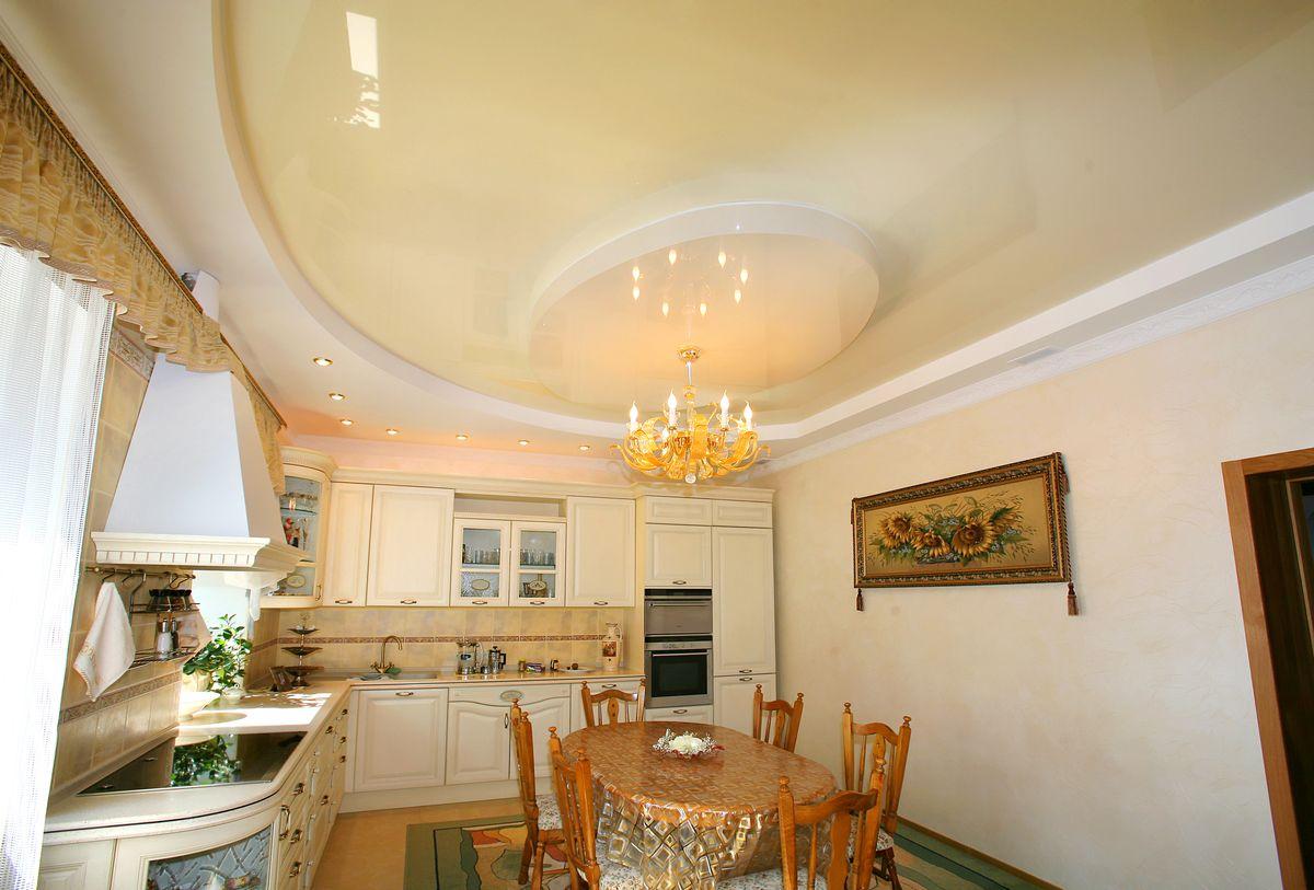Натяжные потолки прекрасно впишутся и в классический интерьер кухни