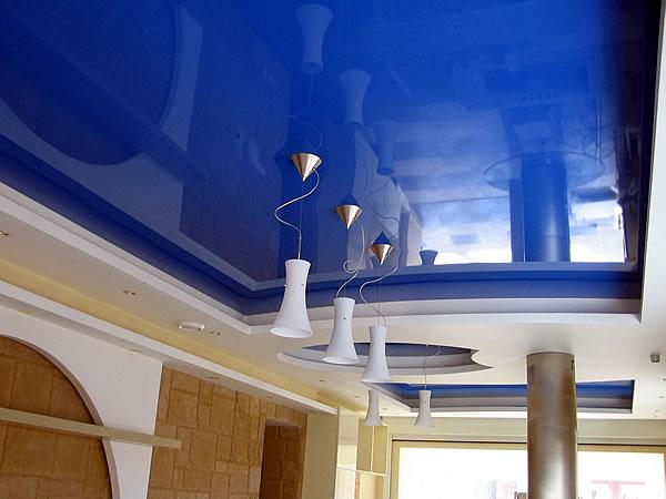 Глянцевый натяжной потолок визуально расширяет пространство