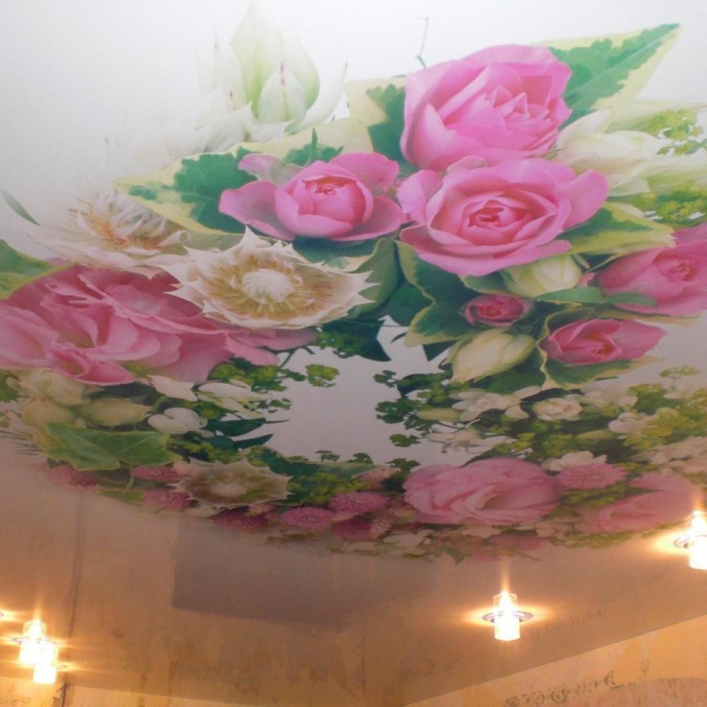 Натяжной потолок с изображением цветов