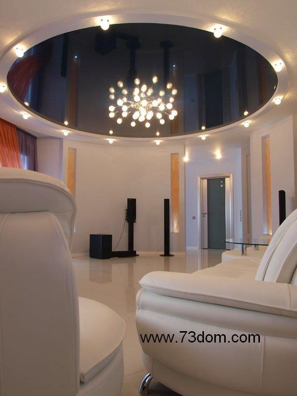 Глянцевые двухуровневые двухцветные натяжные потолки в форме круга в зал с точечными светильниками
