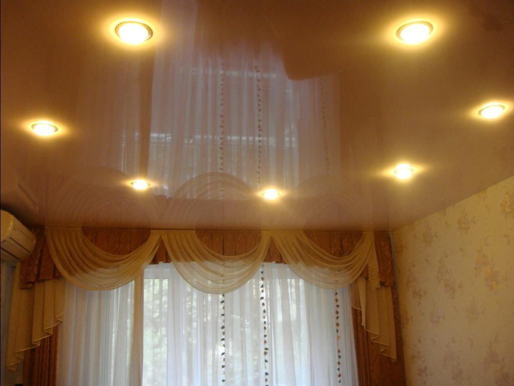 Одноуровневые матовые натяжные потолки в зал с точечными светильниками