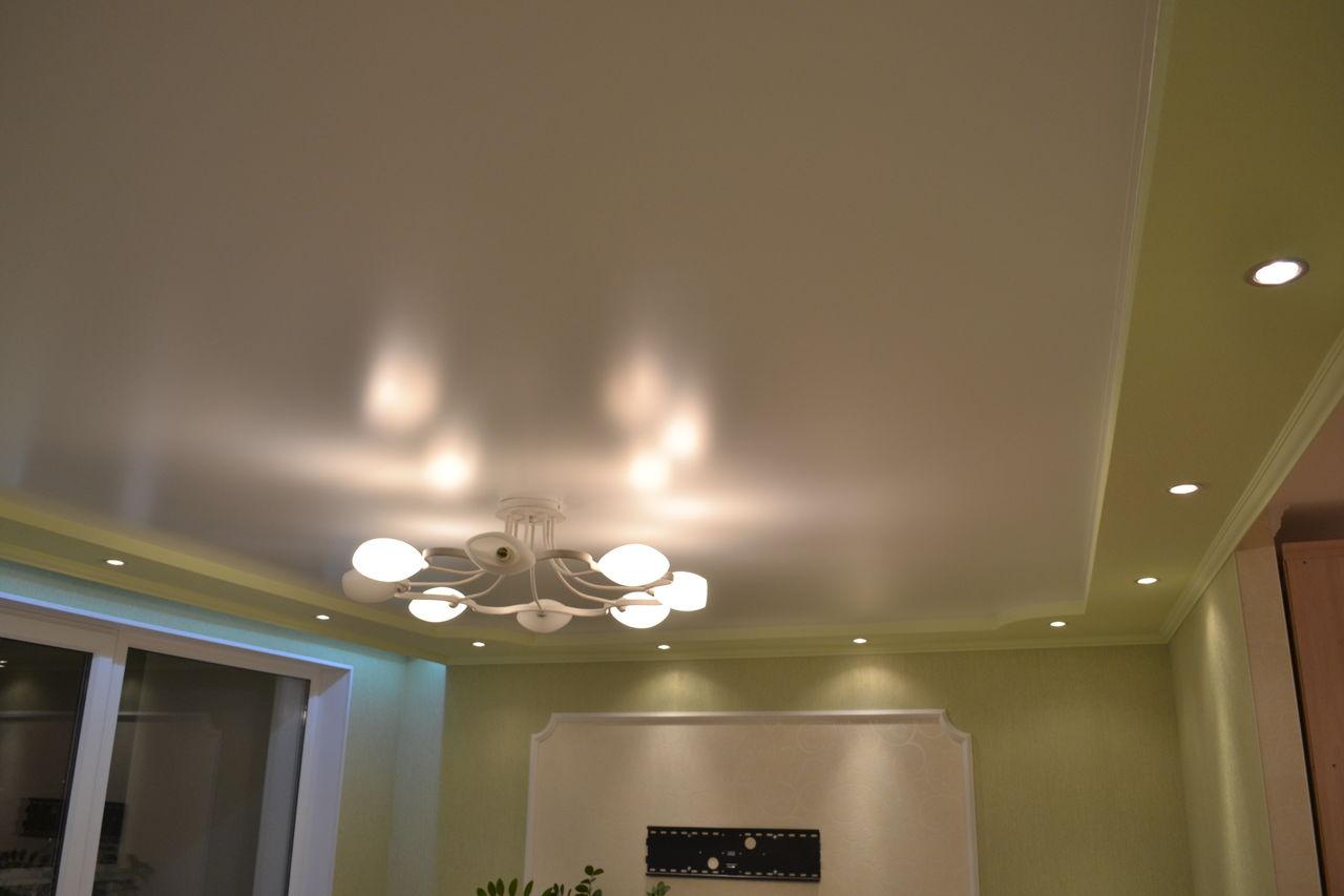 Сатиновые натяжные потолки двухуровневые с люстрой и точечными светильниками