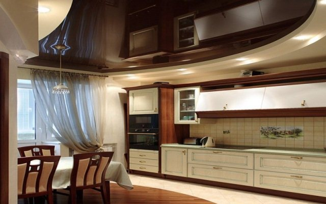 Применение глянцевого натяжного потолка на и так не маленькой кухне, добавляет ей глубины и ощущения бесконечности
