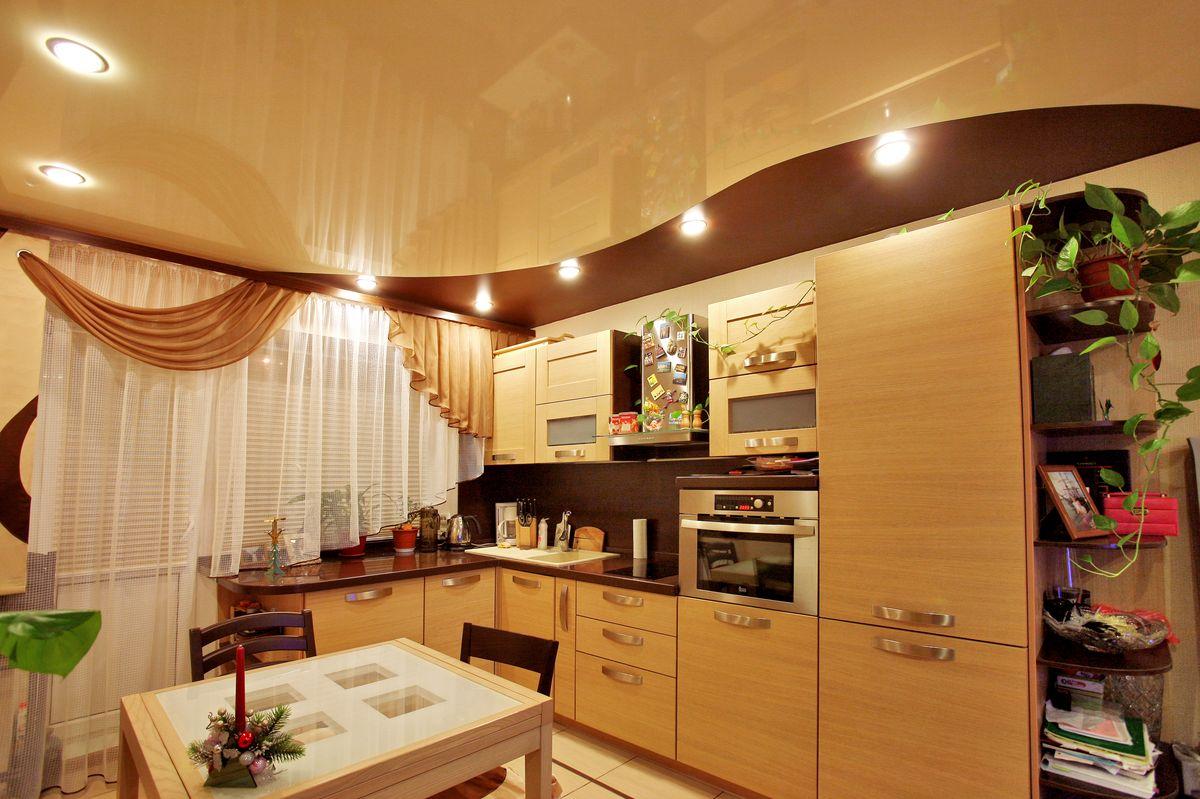 Просторная кухня бежевых и коричневых оттенков