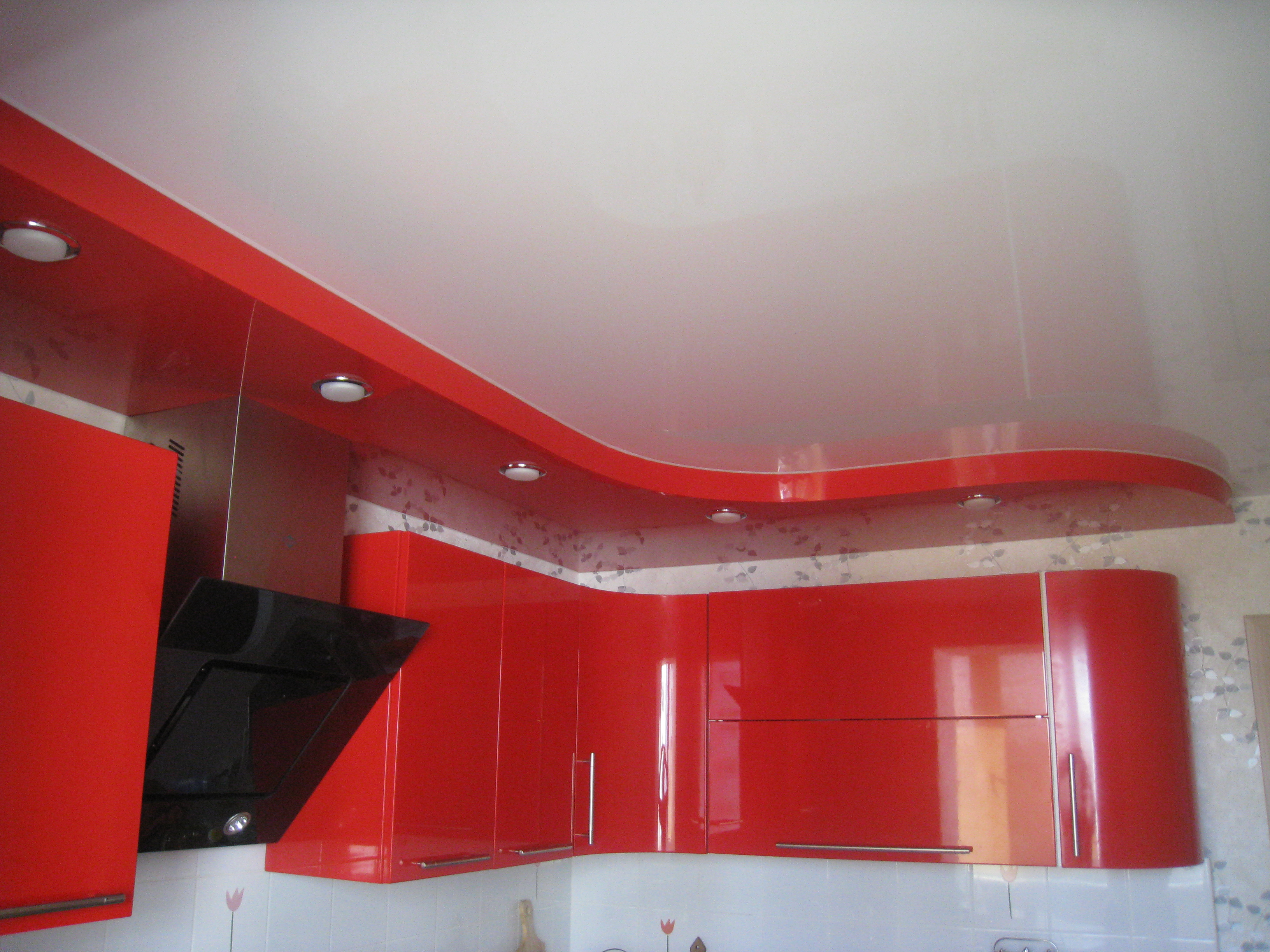 Уместный красный цвет в интерьере кухни