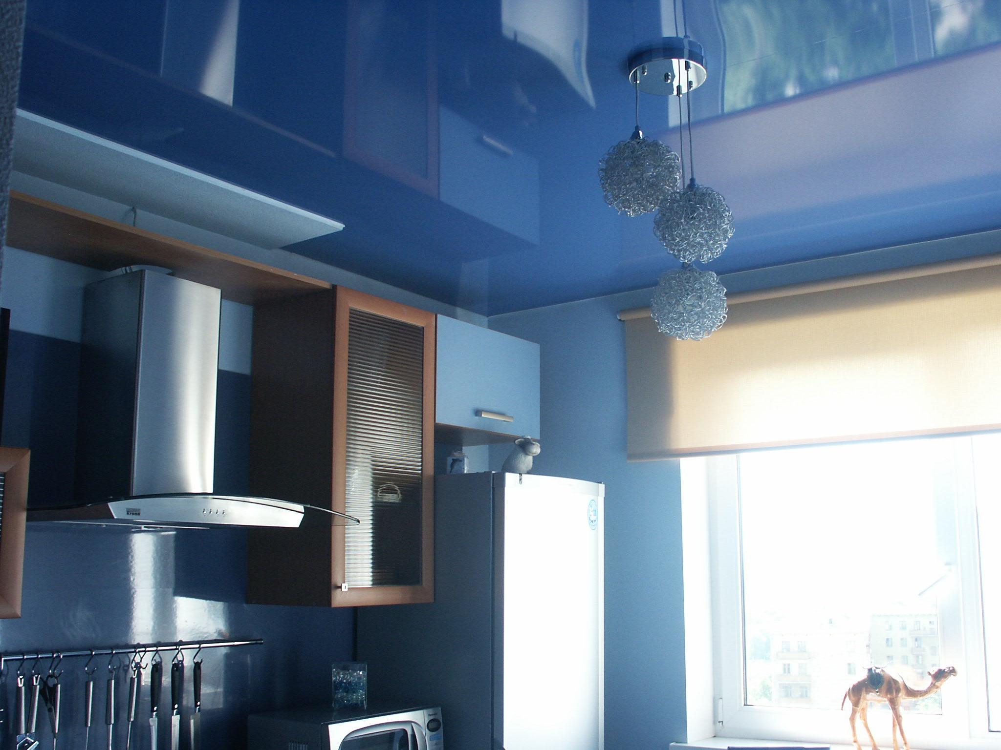Натяжной потолок в маленькой кухне